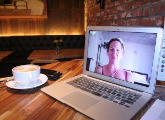 Korzystałeś do tej pory ze skype'a, ale z jakichś powodów chcesz zaprzestać? W tym artykule przeczytasz o tym jak usunąć skype. To zadanie jest niezwykle proste, a my przedstawimy ci krok po kroku jak się za to zabrać. Zapraszamy do lektury. Jak powstał Skype? Skype jest jednym z najpopularniejszych komunikatorów w internecie. Przede wszystkim umożliwia przeprowadzanie rozmów wideo, ale nie tylko. Program ten posiada bowiem wiele rozbudowanych funkcji, które również umożliwiają przesyłanie plików, czy też zwykłą rozmowę tekstową, a także prowadzenie zakrojonych na szeroką skalę wideokonferencji. Skype należy pobrać i zainstalować na komputerze. Jest aplikacją darmową, jedynie wybrane funkcje mogą być odpłatne. Warto również zaopatrzyć się w niezbędne do używania Skype akcesoria. Z pewnością będzie nam potrzebna kamerka internetowa i słuchawki z mikrofonem. Oczywiście niezbędne będzie również połączenie z internetem. Także jego przepustowość będzie miała znaczenie dla jakości prowadzonych przez Skype rozmów. Jeśli przepustowość naszego internetu nie będzie na odpowiednim poziomie, wówczas musimy liczyć się z licznymi utrudnieniami podczas prowadzenia rozmów na skype. Zacinanie się obrazu czy też zawieszanie rozmów będzie wówczas na porządku dziennym. Jakie możliwości daje Skype? Skype jest jednym z programów, którego użytkownicy używają przede wszystkim do rozmawiania. Z jego pomocą możemy skontaktować się z innymi użytkownikami z całego świata. Dodatkowo istnieje możliwość wysyłania wiadomości tekstowych, plików, zdjęć. Warto zwrócić uwagę także na jedną z ważniejszych funkcji, czyli rozmowę za pomocą kamery. Dzięki temu druga osoba będzie mogła nas zobaczyć. Skype zrewolucjonizował sposób komunikowania się. Dzięki niemu rozmowy wideo w czasie rzeczywistym stały się powszechnie dostępne i z miejsca zyskały popularność. Każdy z nas zdaje sobie sprawę z tego, że zwykła rozmowa telefoniczna nie może się równać z rozmową twarzą w twarz. Zwłaszcza jeśli rozmawiamy z kimś